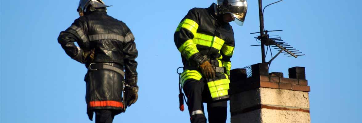 Feuerwehrmann bei Kaminbrand